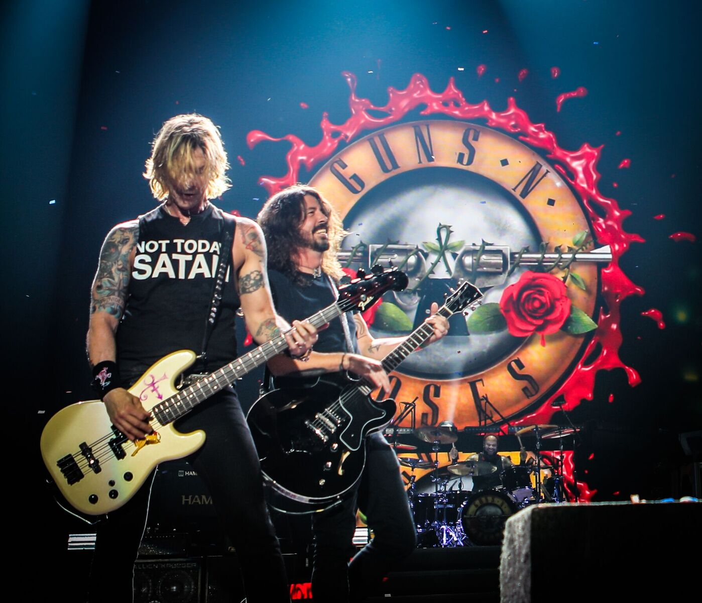 "Dave Grohl Joined Guns N' Roses On Stage Last Night For ""Paradise City"" And Absolutely Rocked The House"